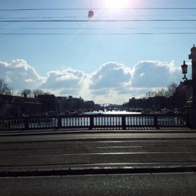 """2013 Şubat 22 - Amsterdam çok soğuk ama güneşli - Amstel Irmağı üzerindeki """"Cılız Köprü"""" uzaktan"""