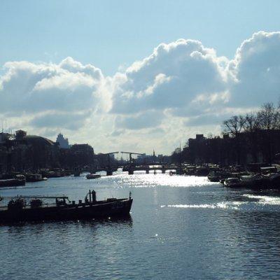 """2013 Şubat 22 - Amsterdam çok soğuk ama güneşli - Amstel Irmağı üzerindeki """"Cılız Köprü"""""""